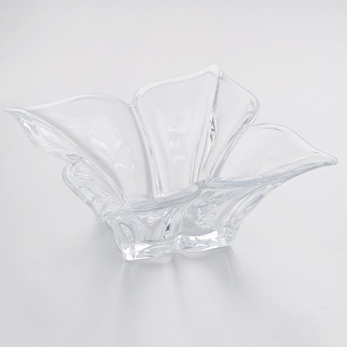 Салатник Crystalite Bohemia Флорал, 14,5 см х 14,5 см х 6,5 см6K804/0/99E50/205Салатник Crystalite Bohemia Флорал изготовлен из прочного утолщенного стекла кристалайт. Салатник имеет оригинальную форму в виде распустившегося бутона, что делает его изящным украшением праздничного стола. Изделие красиво переливается и излучает приятный блеск. Прекрасно подходит для сервировки салатов, закусок, конфет, пирожных и т.д.Салатник Crystalite Bohemia Флорал - это изысканное украшение праздничного стола, которое удивит вас и ваших гостей оригинальным дизайном и практичностью. Можно использовать в посудомоечной машине и микроволновой печи.