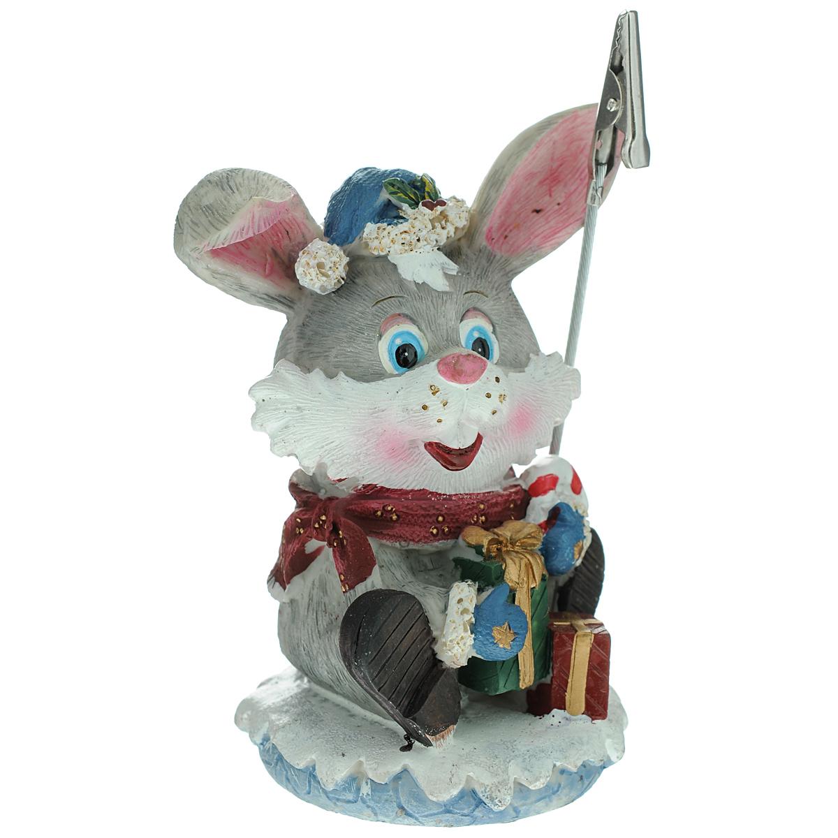 Держатель для бумаги, выполненный в виде кролика, который вызовет улыбку у каждого, кто его увидит.    Откройте для себя удивительный мир сказок и грез. Почувствуйте волшебные минуты ожидания праздника, создайте новогоднее настроение вашим дорогим  и близким.   Характеристики:  Материал:  полистоун, металл. Размер:  12,5 см х 8 см х 5 см. Производитель: Ирландия. Артикул: SWT-2011.  Mister Christmas как марка, стоявшая у самых истоков новогодней индустрии в России, сегодня является подлинным лидером рынка. Продукция марки обрела популярность и заслужила доверие самого широкого круга потребителей.   Миссия Mister Christmas - это одновременно и возрождение утраченных рождественских традиций, и привнесение модных тенденций в празднование Нового года и Рождества, развитие новогодней культуры в целом.   Благодаря таланту и мастерству дизайнеров, технологиям и опыту мировой новогодней индустрии товары от Mister Christmas стали настоящим символом Нового года, эталоном качества и хорошего вкуса.    Уважаемые клиенты!  Обращаем ваше внимание на возможные изменения в дизайне держателя.                            Уважаемые клиенты!  Обращаем ваше внимание на ассортимент товара. Поставка возможна в одном из  вариантов, в зависимости от наличия на складе.