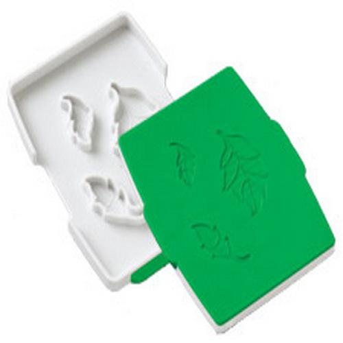 Пресс для вырезания и создания текстуры из мастики Wilton Листочек, цвет: зеленыйWLT-1907-1300Форма-пресс Wilton Цветок, изготовленная из пластика и силикона, предназначена для вырезания основы цветов из моделирующей пасты или мастики и придания им текстуры. Вырезанные фигурки используются для декора кондитерских изделий. Форма состоит из двух деталей - вырезающая и выдавливающая. Для получения листочков розы, вставьте пласт мастики или моделирующей пасты между деталями и сожмите. Так за считанные минуты вашему торту можно придать законченный оригинальный вид!