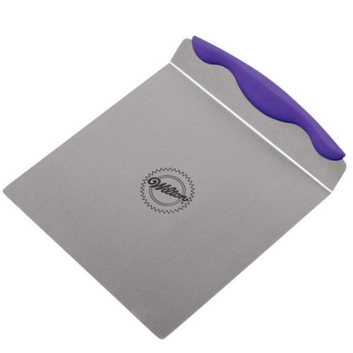 Лопатка для перемещения тортов Wilton, с антипригарным покрытием, 23 см х 20 смWLT-2103-307Лопатка Wilton используется для перемещения больших и тяжелых тортов (коржей). Изготовлена из нержавеющей стали с антипригарным покрытием. Ручка оснащена силиконовой вставкой, благодаря которой лопатка не будет скользить в руке. Заостренный край изделия позволяет легко и без повреждения завести ее под торт (корж). Подходит и для правшей, и для левшей.Можно мыть в посудомоечной машине. Размер лопатки (с учетом ручки): 23 см х 20 см х 3 см. Размер рабочей поверхности: 20 см х 20 см.