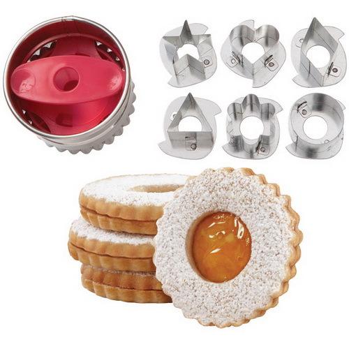 """Сделайте печенье на европейский манер - печенье """"Линзер"""", наполненное джемом. Данные формочки имеют выемку и 6 сменных центров, которые и позволяют видеть начинку. Порядок работы: из готового и раскатанного теста вырежьте вначале печенья-основы, затем вырежьте формы с пустой """"серединкой"""", после выпекания на печенье-основу положите джем в центр, накройте вторым печеньем с """"серединкой"""". В наборе 6 сменных центров: звезда, сердце, ромб, треугольник, цветок, круг. Материал: металл."""