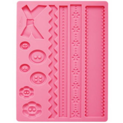 Молд для нанесения рисунка на мастику Wilton Пуговицы и ткани, цвет: розовый, 20 см х 12,5 смWLT-409-2563Молд для нанесения рисунка на мастику Wilton Пуговицы и ткани, выполненный из силикона, поможет вам легко нанести рисунки на мастику и сахарную пасту для тортов и сладких угощений. Молд содержит формы в виде декоративных пуговиц и лент.Использование и хранение: Перед первым использованием и после каждого применения вымойте молд в мыльной воде или на верхней полке в посудомоечной машине. Хорошо высушите молд перед использованием.Полезные советы по использованию:- Для того, чтобы мастика или цветочная паста не прилипали к молду, посыпьте его сахарной пудрой или смажьте растительным жиром сахарную мастику прежде чем накладывать на нее молд,- При раскатывании сахарной мастики используйте скалку для того, чтобы вся мастика была в полостях молда,- Следуйте инструкциям по изготовлению украшений, разместите их на торте, высушите.Изготовление: Скатайте сахарную мастику в трубочку такого же размера, как и полость молда. Положите мастику в полость молда. Прижмите.Разрезание: Положите руку на мастику. Маленькой лопаткой обрежьте излишки мастики. Снимаем мастику: Переверните молд. Выньте сахарную мастику с получившимся рисунком.