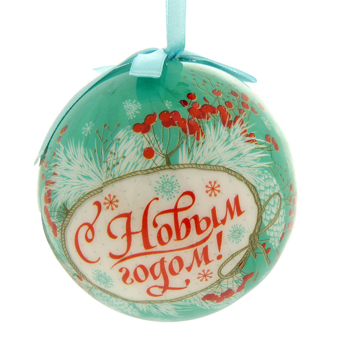"""Новогоднее подвесное украшение """"Sima-land"""" выполнено из высококачественного пенопласта в форме шара и  покрыто цветной пленкой. Шар декорирован новогодним рисунком и текстильным бантом. С помощью специальной  петельки украшение можно повесить в любом понравившемся вам месте. Но, конечно, удачнее всего такой набор  будет смотреться на праздничной елке.   Елочная игрушка - символ Нового года. Она несет в себе волшебство и красоту праздника. Создайте в  своем доме атмосферу веселья и радости, украшая новогоднюю елку нарядными игрушками, которые  будут из года в год накапливать теплоту воспоминаний.  УВАЖАЕМЫЕ КЛИЕНТЫ!   Обращаем ваше внимание на возможные изменения в дизайне, связанные с ассортиментом продукции. Поставка  осуществляется в зависимости от наличия на складе.    Материал: пенопласт, пленка, текстиль."""