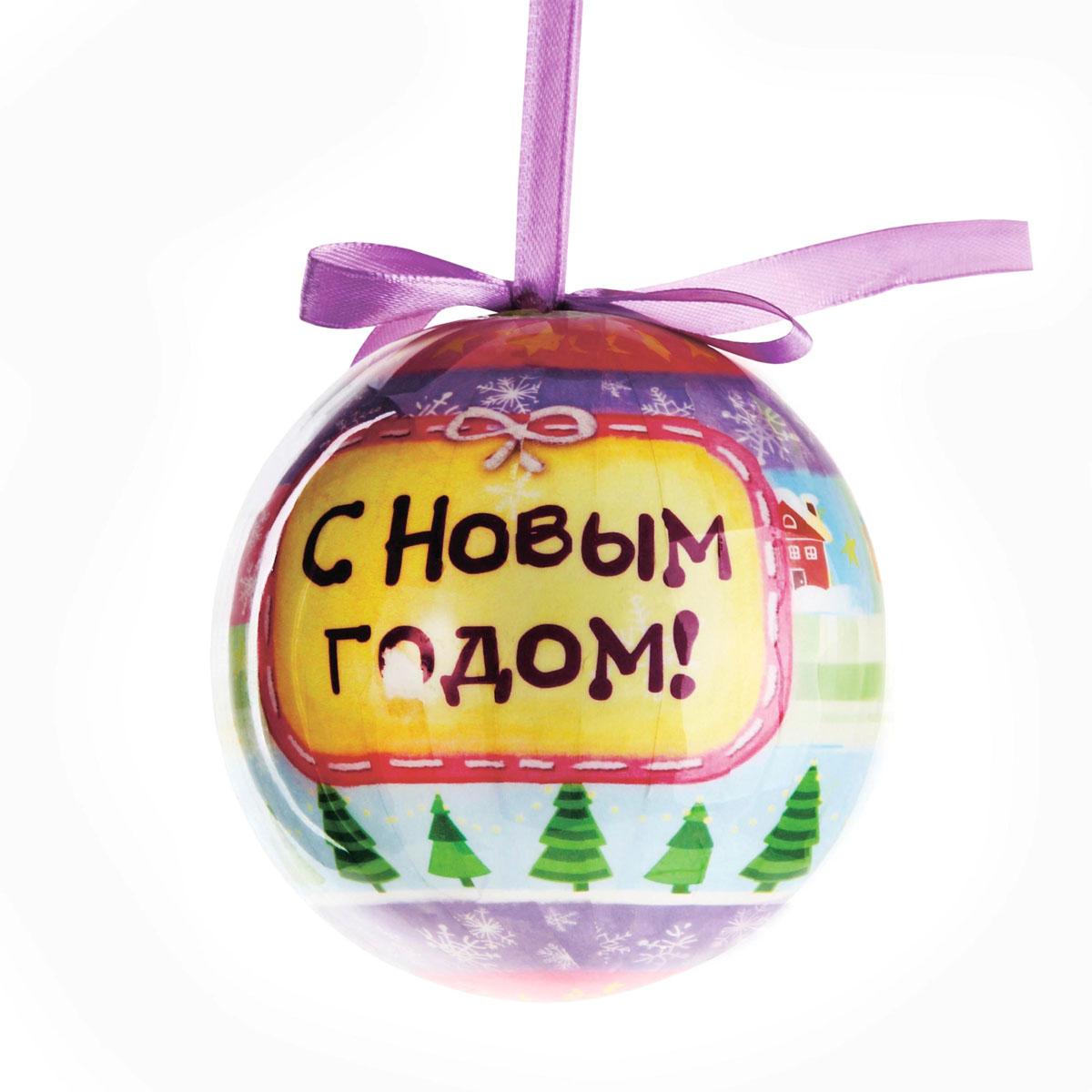 """Новогоднее подвесное украшение """"Sima-land"""" выполнено из высококачественного пенопласта в форме шара и покрыто цветной пленкой. Шар декорирован новогодним рисунком, поздравлениями и текстильным бантом. С помощью специальной петельки украшение можно повесить в любом понравившемся вам месте. Но, конечно, удачнее всего такой набор будет смотреться на праздничной елке.   Елочная игрушка - символ Нового года. Она несет в себе волшебство и красоту праздника. Создайте в своем доме атмосферу веселья и радости, украшая новогоднюю елку нарядными игрушками, которые  будут из года в год накапливать теплоту воспоминаний.  Материал: пенопласт, пленка, текстиль."""