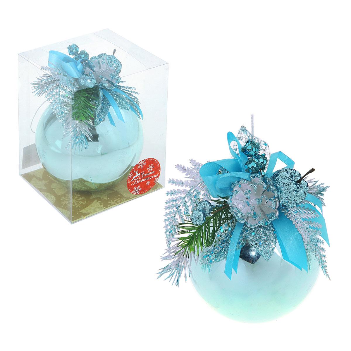 """Новогоднее подвесное украшение Sima-land """"Шар"""", выполненное из пластика с глянцевой поверхностью, прекрасно подойдет для праздничного декора новогодней ели. Шар украшен бантом, веточками ели и яблочком. Для удобного размещения на елке для шара предусмотрена текстильная петелька.   Елочная игрушка - символ Нового года. Она несет в себе волшебство и красоту праздника. Создайте в своем доме атмосферу веселья и радости, украшая новогоднюю елку нарядными игрушками, которые будут из года в год накапливать теплоту воспоминаний.  Коллекция декоративных украшений принесет в ваш дом ни с чем несравнимое ощущение волшебства! Откройте для себя удивительный мир сказок и грез. Почувствуйте волшебные минуты ожидания праздника, создайте новогоднее настроение вашим дорогим и близким.   Диаметр шара: 12 см.  Материал: пластик, текстиль."""