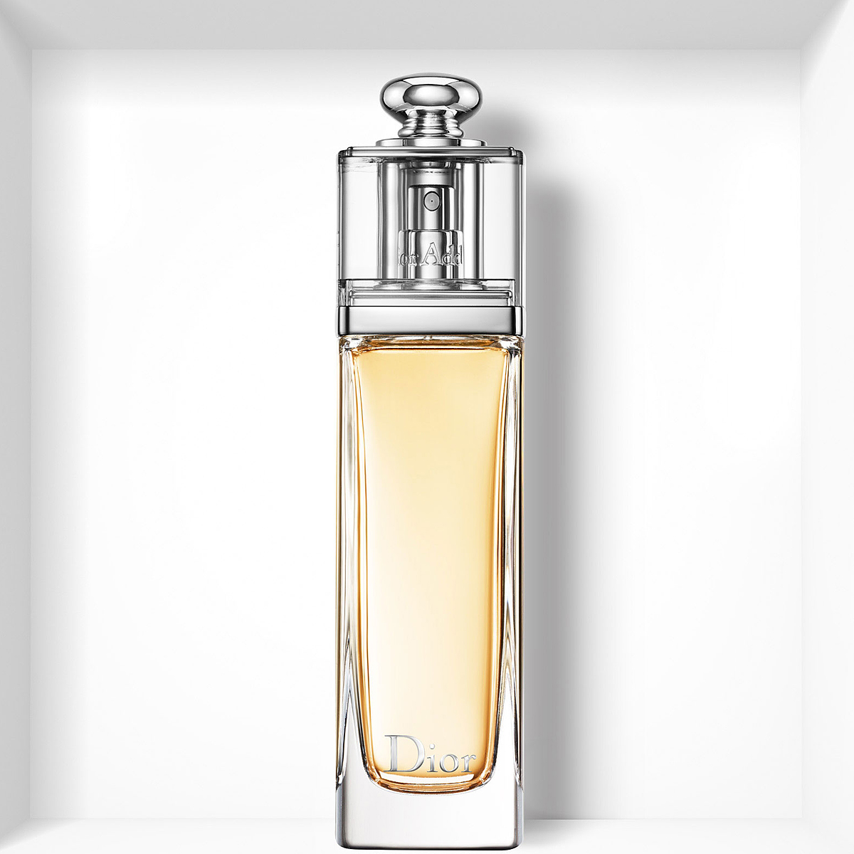 Christian Dior Dior Addict Туалетная вода женская, 50млF062872009Мгновенно притягивающий, Dior Addict воплощает собой невероятно красивый и соблазнительный аромат, который находится в полной гармонии с сегодняшним днем.Сицилийский Мандарин в его верхних нотах придает игривый, чарующий оттенок фруктовых цитрусовых аккордов, пикантных и насыщенных. На смену ему приходит букет белых цветов Жасмина Самбак и Тунисского Нероли в сочетании с чувственной и изысканной древесной базовой нотой Эссенции Сандалового дерева с легким оттенком Ванили. Утонченный древесно-цветочный аромат: абсолютно женственный, он искрится свежестью и чувственной элегантностью.Начальные ноты: мандарин. Ноты сердца: жасмин, нероли. Базовые ноты: ваниль, сандаловое дерево. Характер аромата: женственный; волнующий; изящный; манящий; свежий; чувственный.