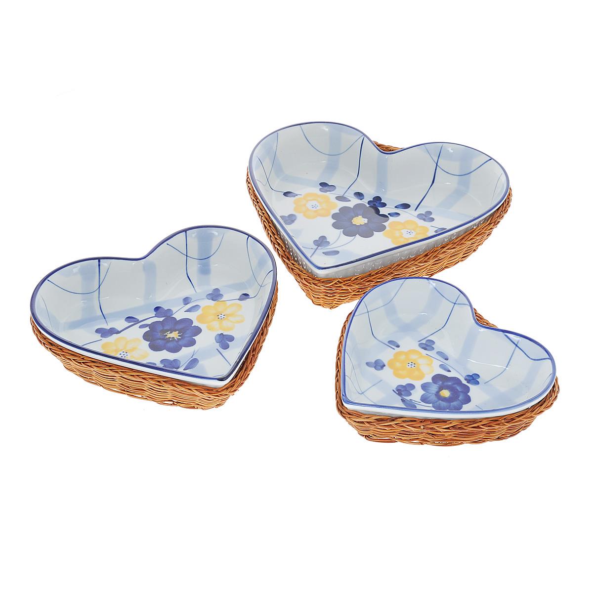 Набор форм для выпечки Mayer & Boch Сердце, 6 предметов. 92849284Набор Mayer & Boch состоит из трех форм для выпечки и трех корзинок под них. Формы выполнены из жаропрочной керамики в виде сердца и украшены ручной росписью. Плетеные корзинки служат в качестве подставок для форм, в таком сочетании блюда идеально будут смотреться на столе. Набор можно использовать для приготовления, разогрева блюд и их последующей сервировки. Для компактного хранения формы складываются друг в друга. Формы можно использовать в духовке, микроволновой печи и мыть в посудомоечной машине.