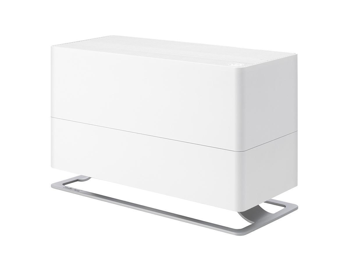 Stadler Form Oskar Big O-040R, White увлажнитель воздухаOskar Big O-040R WhiteПоддержание оптимального уровня влажности - актуальная необходимость для помещений, где работают кондиционеры, отопительные приборы, для оранжерей и медицинских учреждений. А если они просторные, площадью до 100 м2, то для них «большой» Oskar - это идеальный выбор, ведь в таких помещениях очень важно сбалансированное сочетание высокой производительности и умеренного энергопотребления. Соблюдение этого баланса - главное достоинство увлажнителя Oskar Big: при производительности около 700 мл/час, его энергопотребление составляет всего 32 Вт. Это соответствует его работе на максимальной мощности, что позволяет за короткий срок значительно повысить уровень влажности. Дальнейшая работа увлажнителя регулируется двумя параметрами. Во-первых, устанавливается желаемый процент влажности, по достижению которого прибор отключается по команде встроенного гигростата. Во-вторых, из четырех скоростей воздушного потока можно выбрать желаемую вручную, таким образом настроив интенсивность работы вентилятора. Принцип работы Oskar Big - естественное увлажнение, которое осуществляется испарением влаги с поверхности антибактериальных фильтров. Это позволяет, во-первых, не допустить образования белого налета, которым сопровождается работа ультразвукового увлажнителя. Во-вторых, наличие таких фильтров предотвращает развитие бактерий в резервуаре с водой и, соответственно, их дальнейшее попадание во вдыхаемый воздух. Шестилитровый резервуар для воды делает этот увлажнитель одним из самых крупных представителей своего класса. Вместе с тем, долив воды можно осуществлять во время работы прибора, а контроль ее уровня осуществлять через специальное смотровое отверстие. Помимо этого, для удобства обслуживания, Oskar Big оснащен таймером, который вовремя напомнит о необходимости сменить фильтр. Теперь у вас будет на одну заботу меньше. Невысокий уровень шума, особенно в ночном режиме, делает работу прибора почти незаметной