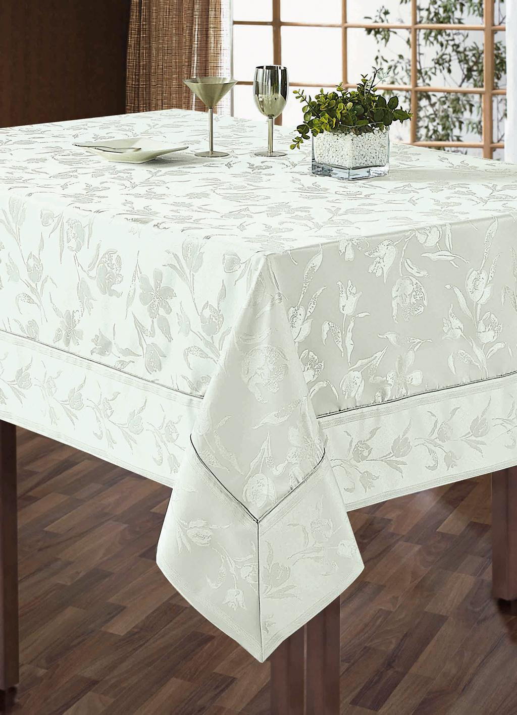 Комплект столового белья SL, цвет: белый, 5 предметов. 1010510105Роскошный комплект столового белья SL состоит из скатерти прямоугольной формы и 4 квадратных салфеток. Комплект выполнен из жаккарда с изящным цветочным рисунком. Комплект, несомненно, придаст интерьеру уют и внесет что-то новое. Использование такого комплекта сделает застолье более торжественным, поднимет настроение гостей и приятно удивит их вашим изысканным вкусом. Вы можете использовать этот комплект для повседневной трапезы, превратив каждый прием пищи в волшебный праздник и веселье.Жаккард - это гладкая, безворсовая ткань сложного плетения, в состав которой входят как синтетические, так и органические волокна. У изделий из жаккардовой ткани гладкая и приятная на ощупь фактура. Его контурный рисунок, созданный благодаря особому плетению, выглядит дорого и изящно. Здесь воссоединились блеск шелка и уютная мягкость хлопка. Жаккардовые ткани очень прочны и долговечны, очень удобны в эксплуатации. Скатерть - 1 шт. Размер: 150 см х 180 см. Салфетки - 4 шт. Размер: 40 см х 40 см.Комплект упакован в красивую подарочную коробку.
