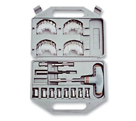 Отвертка с Т-образной ручкой Matrix, с набором насадок, 36 шт11572Отвертка Matrix предназначена для монтажа и демонтажа резьбовых соединений. Т-образная отвертка с хромированным стержнем и пластмассовой рукояткой. Все предметы набора выполнены из хромованадиевой стали. Состав набора: Отвертка с Т-образной рукояткой. Биты: SL3, SL4, SL5, SL6, SL7, SL8, PH1, PH2, PH3, PZ1, PZ2, PZ3, T10, T15, T20, T25, T27, T30. Биты шестигранные: 2 мм, 3 мм, 4 мм, 5 мм, 5,5 мм, 6 мм. Торцевые головки 1/4: 4 мм, 6 мм, 7 мм, 8 мм, 9 мм, 10 мм, 11 мм, 12 мм. Адаптеры 60 и 90 мм. Пластиковый кейс.