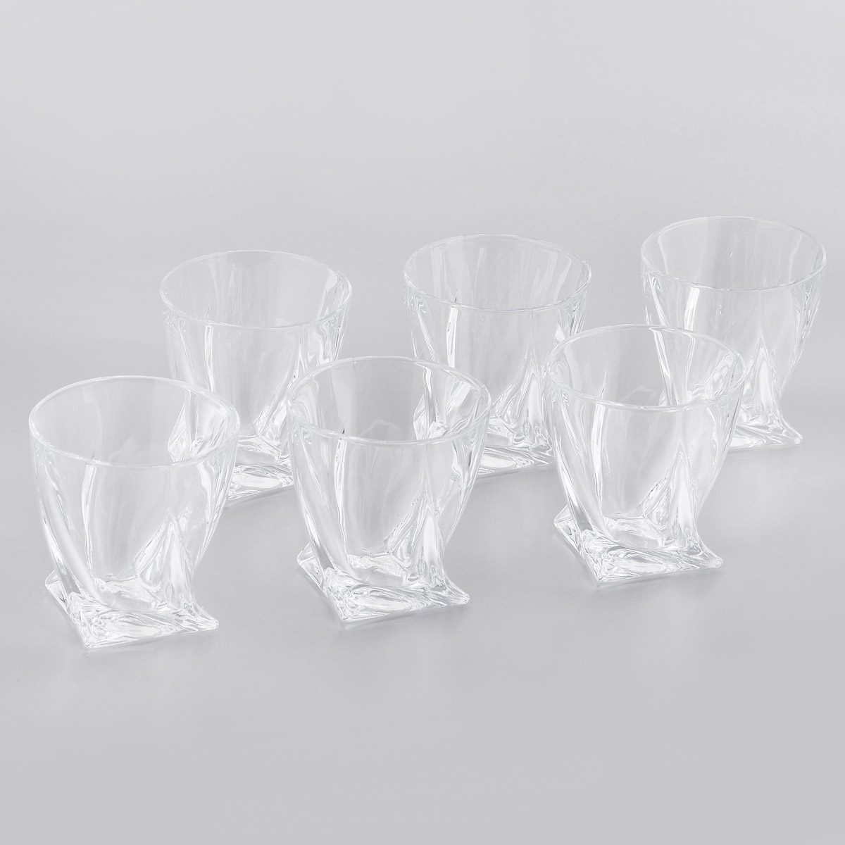 """Набор Crystalite Bohemia """"Квадро"""" состоит из шести стаканов, выполненных из прочного утолщенного стекла """"кристалайт"""". Стаканы предназначены для подачи виски. Они излучают приятный блеск и издают мелодичный звон. Стаканы сочетают в себе элегантный дизайн и функциональность. Благодаря такому набору пить напитки будет еще вкуснее.Набор стаканов Crystalite Bohemia """"Квадро"""" прекрасно оформит праздничный стол и создаст приятную атмосферу за романтическим ужином. Такой набор также станет хорошим подарком к любому случаю. Можно мыть в посудомоечной машине."""