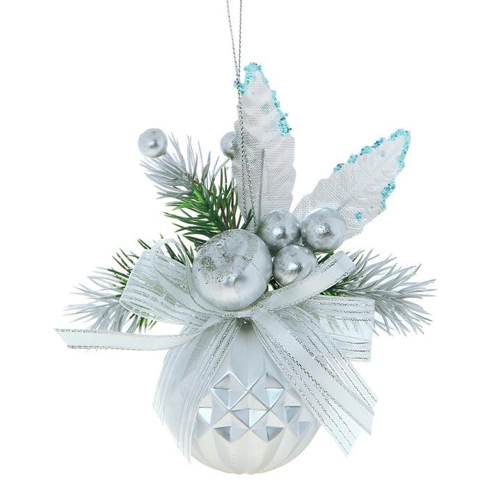 Новогоднее подвесное украшение Sima-land Шар, цвет: серебристый, диаметр 6 см. 705775705775Новогоднее подвесное украшение Sima-land Шар прекрасно подойдет для праздничного декора новогодней ели. Шар выполнен из пластика, украшен рельефом и композицией из ленточек, пластиковых веточек и ягодок. Для удобного размещения на елке для игрушки предусмотрена текстильная веревочка.Елочная игрушка - символ Нового года. Она несет в себе волшебство и красоту праздника. Создайте в своем доме атмосферу веселья и радости, украшая новогоднюю елку нарядными игрушками, которые будут из года в год накапливать теплоту воспоминаний. Коллекция декоративных украшений принесет в ваш дом ни с чем не сравнимое ощущение волшебства! Откройте для себя удивительный мир сказок и грез. Почувствуйте волшебные минуты ожидания праздника, создайте новогоднее настроение вашим дорогим и близким.