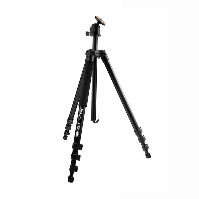 Rekam RTM-150 штативRT-M150Rekam RTM-150 многофункциональный штатив, который можно использовать как монопод. Голова и одна из ногштатива - съемные. Отсоединив от штатива ногу и установив на нее голову, вы получаете отличный монопод смягкой муфтой и максимальной высотой 1360 мм. Угол наклона шаровой «головы» меняется, при помощи всегоодного зажима. Установив прямой угол ноги, съемку можно проводить со склона горы, и в положении лежа. Переворачиваемая центральнаяштанга дает возможность снимать в режиме макросъемки. Многослойное, матовое покрытие штатива черногоцвета позволяет избавиться от нежелательных бликов и рефлексов. Штатив изготовлен из легких композитныхматериалов, преимущества которых вы обязательно оцените, взяв штатив в путешествие. В комплект входитудобная сумка-чехол с ремнем через плечо, для хранения и переноски штатива.