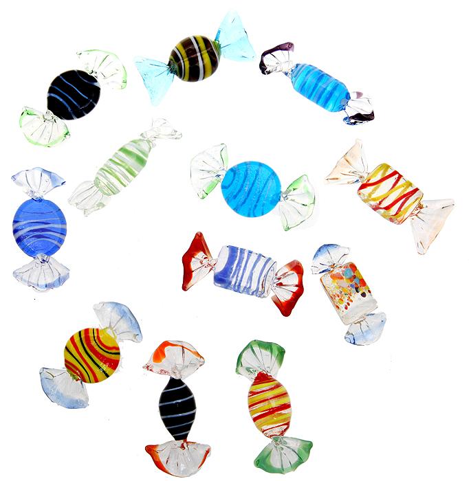 Murano! Комплект елочных игрушек Конфетки, 12 шт. Муранское стекло. Murano, Италия (Венеция), 2000-е гг.LS-0030Комплект елочных игрушек Конфетки, 12 шт.Муранское стекло.Murano, Италия (Венеция), 2000-е гг.Размер: 6,5 х 2,5 см.Сохранность превосходная, изделие новое, не было в использовании.Прекрасный подарок на Рождество или Новый год! На одном из крупнейших островов Венецианской лагуны с давних пор изготавливается стекло, культурная ценность и стоимость которых может сравниться с драгоценными камнями. Чего только не изготавливали талантливые мастера! Бусы и бисер, кубки и вазы, блюда и стаканы, а позже - зеркала и украшенные стеклянными гирляндами люстры. Все это поражало и поражает тонкостью и виртуозностью техники, разнообразием красок и приемов украшения изделий. В настоящее время стекольным производством занимаются несколько фабрик, самая крупная среди которых - Formia (с 1959, владельцы - семья Миан). Сегодня эти знаменитые изделия пользуются огромной известностью по всему миру, довольно дорого ценятся и относятся к элитным предметам интерьера.