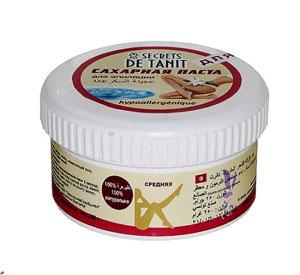 Secrets de Tanit Сахарная паста для эпиляции, гипоаллергенная, 250 г00000000059100% натуральное средство для удаления волос со всех участков тела. Гипоаллергенно! Средняя консистенция.Преимущества шугаринга: 1. Паста наносится против роста волоса, снимается по росту (тем самым волос не обламывается, а вырывается с корнем, что предотвращает врастание волоса); 2. Температура пасты при нанесении равна температуре тела, что исключает гипертермию кожи, что позволяет наносить ее на самые чувствительные зоны; 3. Волос удаляется минимальной длины (от 3 мм); 4. Разная плотность паст позволяет удалять волос от пушкового до забритого жесткого; 5. Деликатное мануальное воздействие способствует вместе с удалением волоса проводить деликатный пилинг - удаление мертвых клеток, что делает кожу гладкой и шелковистой; 6. Минимальные дискомфортные ощущения во время процедуры позволяют проводить ее беременным женщинам и людям с расширенной сосудистой сеткой на ногах. 7. Остатки пасты смываются водой, так как сахарная паста водорастворима. 8. В состав пасты входят вода, сахар, лимонный сок, что свидетельствуето натуральностисостава. 9. Шугаринг- это безопасная и гигиеничная процедура так как паста не вызывает аллергии, не используется вторично, не противопоказана даже людям, страдающим диабетом. Высокая концентрация сахара препятствует появлению бактерий.Товар сертифицирован.