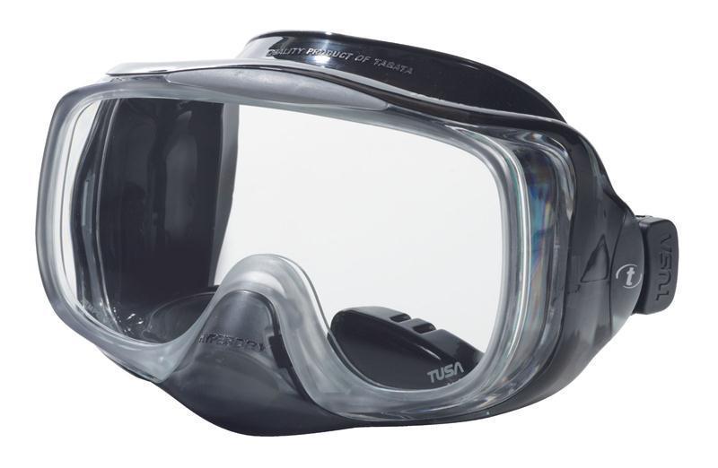 Маска с системой Hyperdry (односторонний дренажный клапан) для легкого очищения маски от воды. Все, что необходимо сделать для удаления воды из-под маски - это выдох носом. Как только маска очистилась, клапан закрывается. Рамка маски имеет облегченную конструкцию и низкопрофильный дизайн. Маска обеспечивает исключительный обзор благодаря широкой фронтальной и двум боковым линзам. Характеристики: Цвет: черный. Ширина оправы маски: 16 см. Размер упаковки: 20,5 см x 11 см x 12 см. Материал: силикон, стекло, пластик. Артикул: TS M-32QB BK.  Производитель: Тайвань.