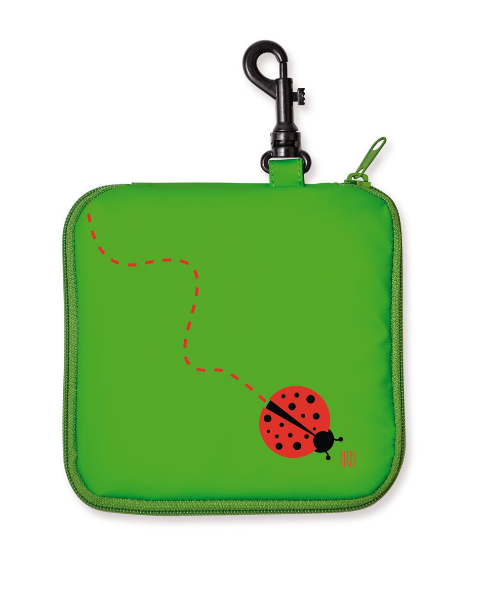 Термобутербродница мягкая Iris Barcelona Snack Rico, цвет: зеленый, красный, 16 см х 16 см9916-TRТермобутербродница выполнена из полиэстера и застегивается на застежку-молнию. Термобутербродница Iris Barcelona Snack Rico - это самый веселый способ взять с собой бутерброды. Специальный фиксирующий поясок не позволит бутерброду распасться, а внутреннее покрытие из теплоизолирующего материала в течение нескольких часов сохранит свежесть и вкус. Безопасный пластмассовый карабин позволит легко пристегнуть бутербродницу к ранцу или сумке.В комплект входит подарок - забавный брелок для ключей из коллекции Snack Rico. Заменяет все одноразовые упаковки. При бережном использовании прослужит не один год.