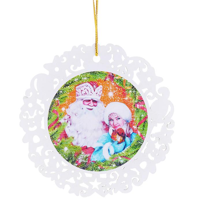 """Новогоднее украшение Sima-land """"Дед Мороз и Снегурочка"""" отлично подойдет для   декорации вашего   дома и новогодней ели. Игрушка выполнена из дерева в виде круглой снежинки,   декорированной изображением Деда Мороза и Снегурочки в еловых ветвях.   Украшение оснащено   резными узорами и специальной текстильной петелькой для   подвешивания.    Елочная игрушка - символ Нового года. Она несет в себе волшебство и красоту   праздника. Создайте в своем доме атмосферу веселья и радости, украшая всей   семьей   новогоднюю елку нарядными игрушками, которые будут из года в год накапливать   теплоту воспоминаний.   Коллекция декоративных украшений из серии """"Зимнее волшебство"""" принесет в   ваш дом   ни с чем не сравнимое ощущение праздника!   Материал: дерево, текстиль. Диаметр: 10 см."""