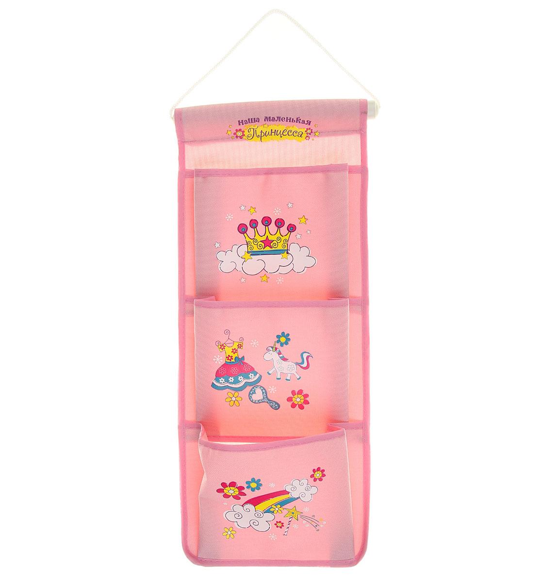 """Кармашки на стену Sima-land """"Наша маленькая принцесса"""", изготовленные из текстиля и пластика, предназначены для хранения необходимых вещей, множества мелочей в гардеробной, ванной, детской комнатах. Изделие представляет собой текстильное полотно с тремя пришитыми кармашками. Благодаря пластмассовой планке и шнурку, кармашки можно подвесить на стену или дверь в необходимом для вас месте. Кармашки декорированы изображениями короны, платья, цветов и надписью """"Наша маленькая принцесса"""".Этот нужный предмет может стать одновременно и декоративным элементом комнаты. Яркий дизайн, как ничто иное, способен оживить интерьер вашего дома.Размеры: 18 х 46 см."""