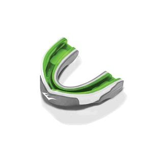 Капа одночелюстная Everlast EverGel, взрослая, цвет: серый, белый, зеленый1400009Everlast EverGel — трехслойная капа с максимальной степенью защиты. Помимо твердого наружного слоя и амортизирующей подушки из пены эта капа с внутренней стороны усилена прослойкой геля Evergel, который используется в профессиональных моделях перчаток для эффективной защиты от травм. Капа термопластична и после варки приобретает индивидуальную, анатомически выверенную форму. В комплект покупки входит стерильный кейс для хранения.