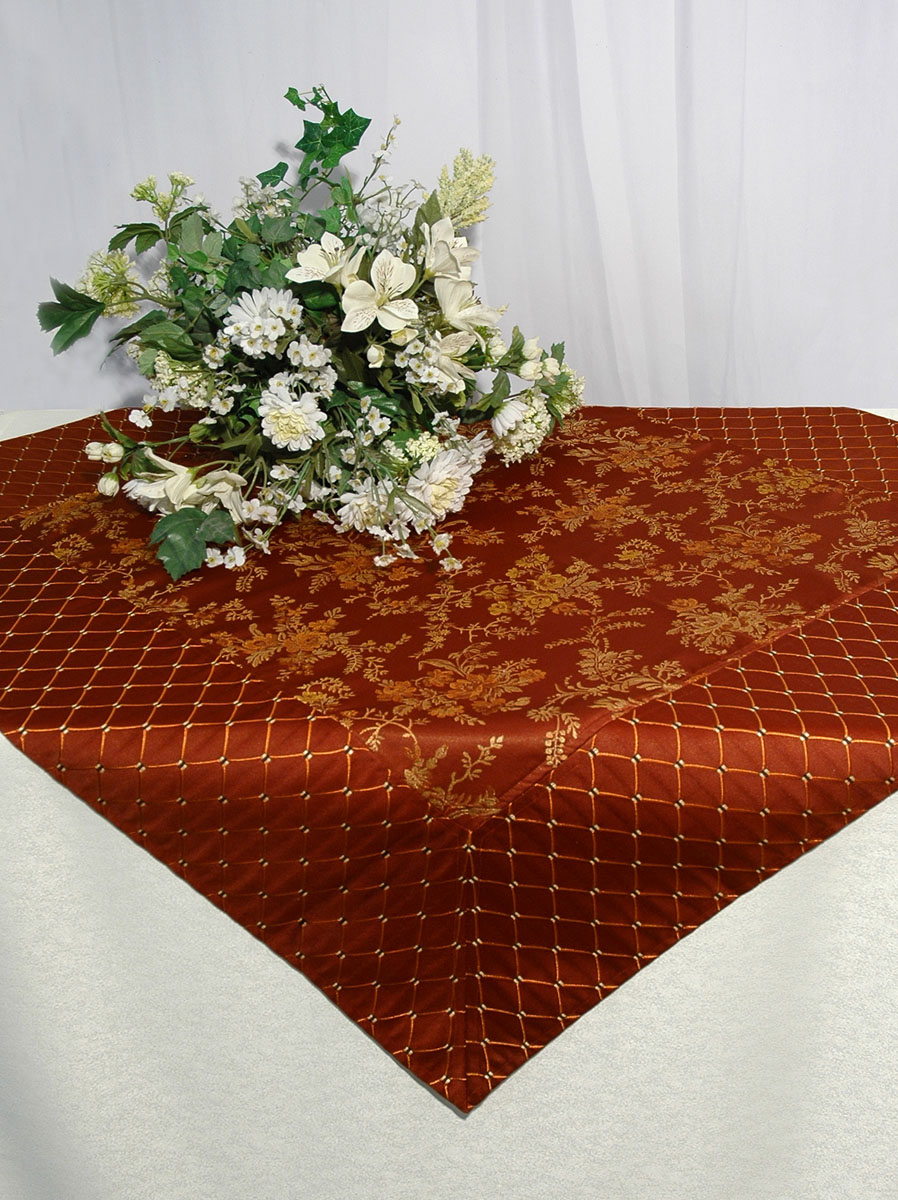 Скатерть Schaefer, квадратная, цвет: коричневый, 100x 100 см. 06033-10206033-102Скатерть Schaefer изготовлена из полиэстера и вискозы. Она украшена красивым цветочным орнаментом.Изделия из полиэстера легко стирать: они не мнутся, не садятся и быстро сохнут, они более долговечны, чем изделия из натуральных волокон. Кроме того, ткань обладает водоотталкивающими свойствами. Такая скатерть будет просто не заменима на кухне, а особенно на вашем обеденном столе на даче под открытым небом. Скатерть Schaefer не останется без внимания ваших гостей, а вас будет ежедневно радовать ярким дизайном и несравненным качеством.Немецкая компания Schaefer создана в 1921 году. На протяжении всего времени существования она создает уникальные коллекции домашнего текстиля для гостиных, спален, кухонь и ванных комнат. Дизайнерские идеи немецких художников компании Schaefer воплощаются в текстильных изделиях, которые сделают ваш дом красивее и уютнее и не останутся незамеченными вашими гостями. Дарите себе и близким красоту каждый день! Изысканный текстиль от немецкой компании Schaefer - это красота, стиль и уют в вашем доме.