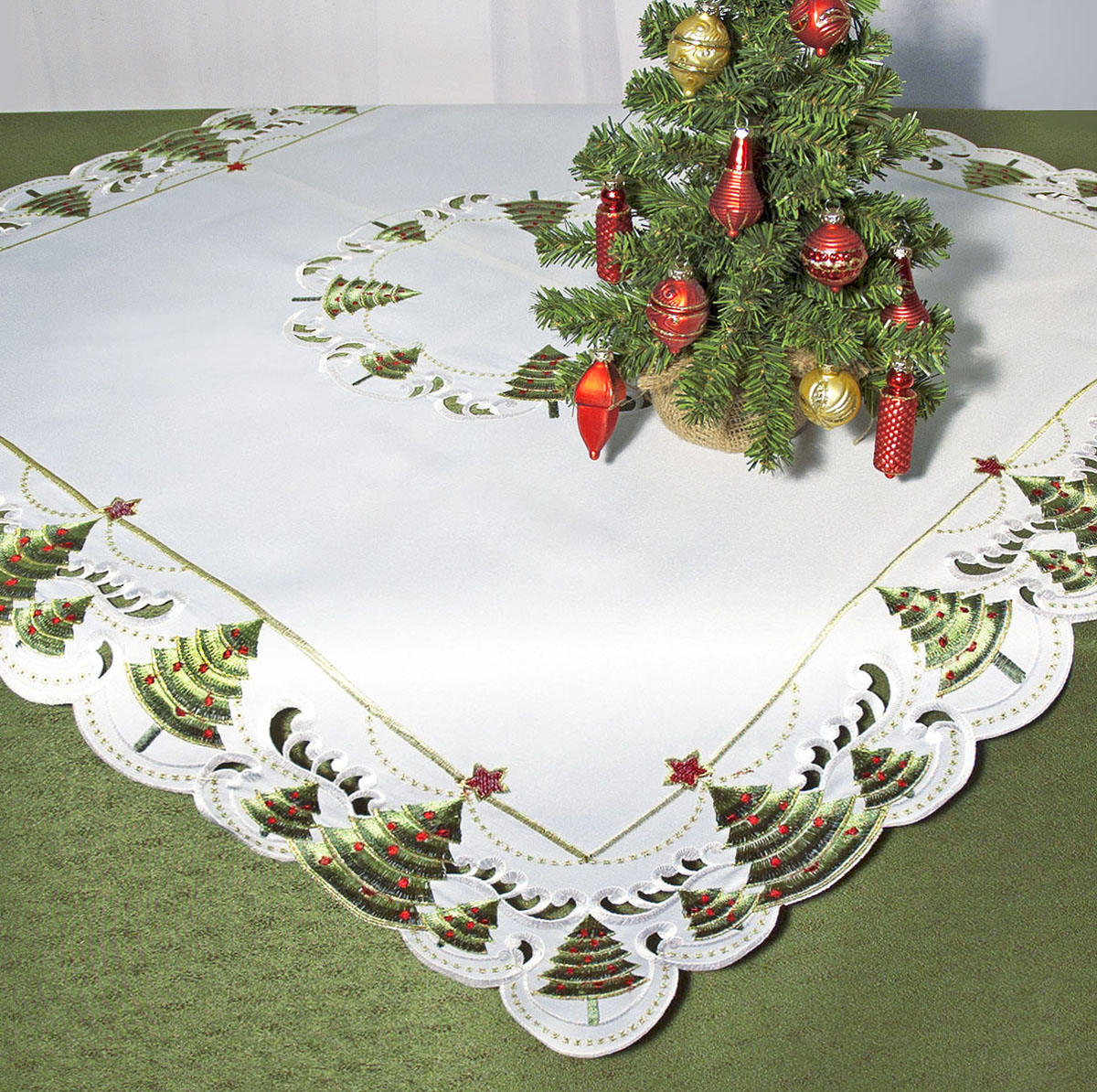 Скатерть Schaefer, квадратная, цвет: белый, зеленый, 85x 85 см. 07494-10007494-100Скатерть Schaefer изготовлена из полиэстера и украшена новогодней вышивкой. Края изделия оформлены в технике ришелье.Изделия из полиэстера легко стирать: они не мнутся, не садятся и быстро сохнут, они более долговечны, чем изделия из натуральных волокон. Кроме того, ткань обладает водоотталкивающими свойствами. Такая скатерть будет просто не заменима на кухне, а особенно на вашем обеденном столе на даче под открытым небом. Скатерть Schaefer не останется без внимания ваших гостей, а вас будет ежедневно радовать ярким дизайном и несравненным качеством.Немецкая компания Schaefer создана в 1921 году. На протяжении всего времени существования она создает уникальные коллекции домашнего текстиля для гостиных, спален, кухонь и ванных комнат. Дизайнерские идеи немецких художников компании Schaefer воплощаются в текстильных изделиях, которые сделают ваш дом красивее и уютнее и не останутся незамеченными вашими гостями. Дарите себе и близким красоту каждый день! Изысканный текстиль от немецкой компании Schaefer - это красота, стиль и уют в вашем доме.