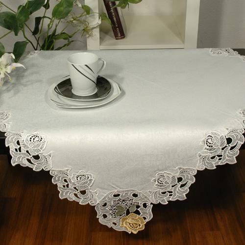 Скатерть Schaefer, квадратная, цвет: белый, 90x 90 см. 04806-10104806-101Скатерть Schaefer выполнена из полиэстера и украшена цветочной вышивкой. Края изделия выполнены в технике ришелье. Изделия из полиэстера легко стирать: они не мнутся, не садятся и быстро сохнут, они более долговечны, чем изделия из натуральных волокон. Кроме того, ткань обладает водоотталкивающими свойствами. Такая скатерть будет просто не заменима на кухне, а особенно на вашем обеденном столе на даче под открытым небом. Скатерть Schaefer не останется без внимания ваших гостей, а вас будет ежедневно радовать ярким дизайном и несравненным качеством.Немецкая компания Schaefer создана в 1921 году. На протяжении всего времени существования она создает уникальные коллекции домашнего текстиля для гостиных, спален, кухонь и ванных комнат. Дизайнерские идеи немецких художников компании Schaefer воплощаются в текстильных изделиях, которые сделают ваш дом красивее и уютнее и не останутся незамеченными вашими гостями. Дарите себе и близким красоту каждый день! Изысканный текстиль от немецкой компании Schaefer - это красота, стиль и уют в вашем доме.