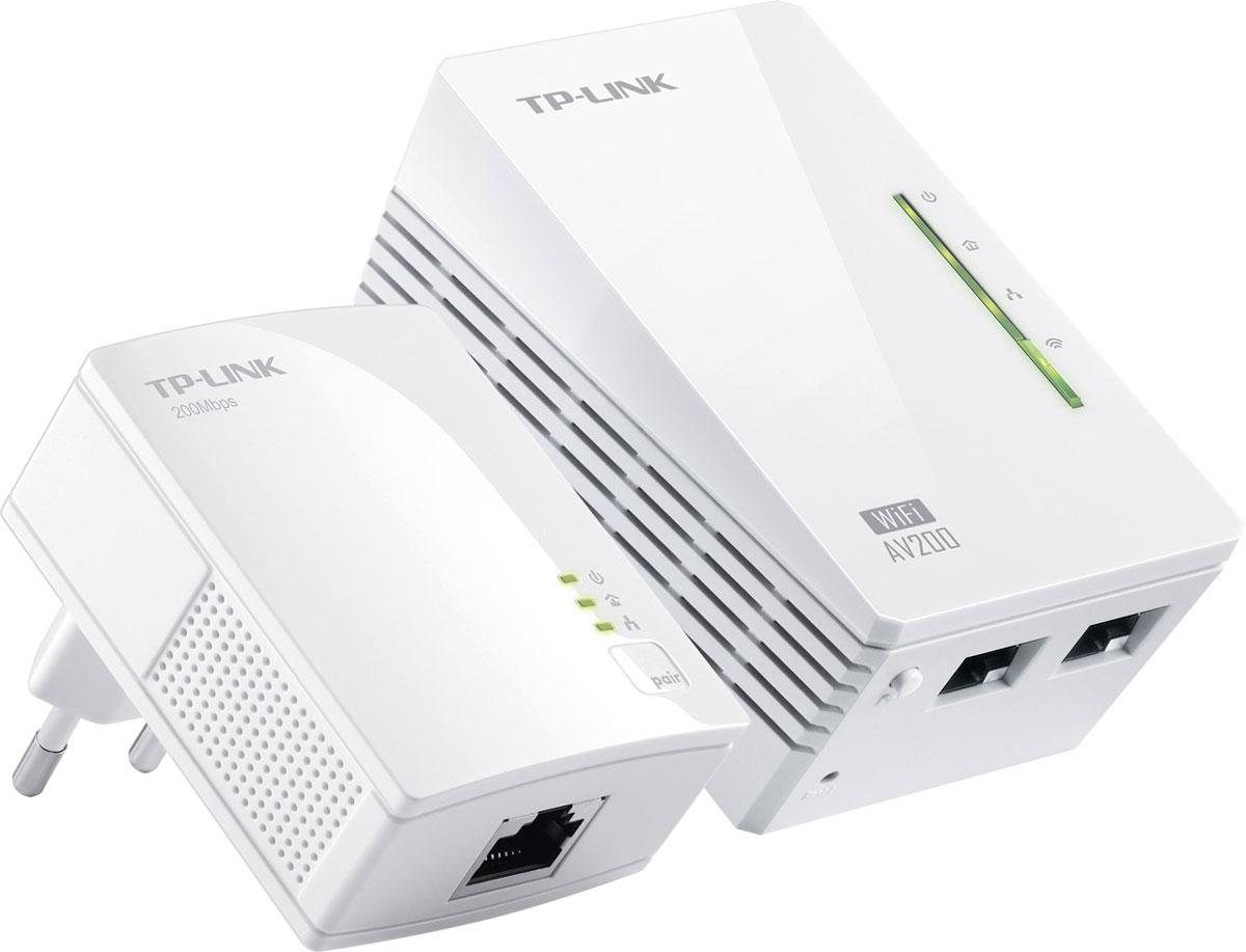 TP-Link TL-WPA2220KIT AV200 комплект адаптеров PowerlineTL-WPA2220KITTL-WPA2220KIT позволит вам увеличить зону покрытия локальной сети в любой комнате вашего дома благодаря существующей электросети. TL-WPA2220KIT обладает кнопкой Wi-Fi Clone, позволяющей значительным образом расширить зону покрытия беспроводного сигнала - устройство автоматически скопирует SSID и пароль вашего маршрутизатора. Таким образом, TL-WPA2220KIT упростит вам настройку беспроводной сети и предоставит стабильное качество связи внутри вашей домашней сети.Благодаря Powerline адаптерам от компании TP-LINK вы сможете настроить надежную сеть Powerline всего за несколько минут. Просто подключите устройства и их можно использовать. Помимо того, кнопка Pair, расположенная на адаптерах, может использоваться для защиты и управления несколькими адаптерами Powerline внутри вашей домашней сети Powerline.