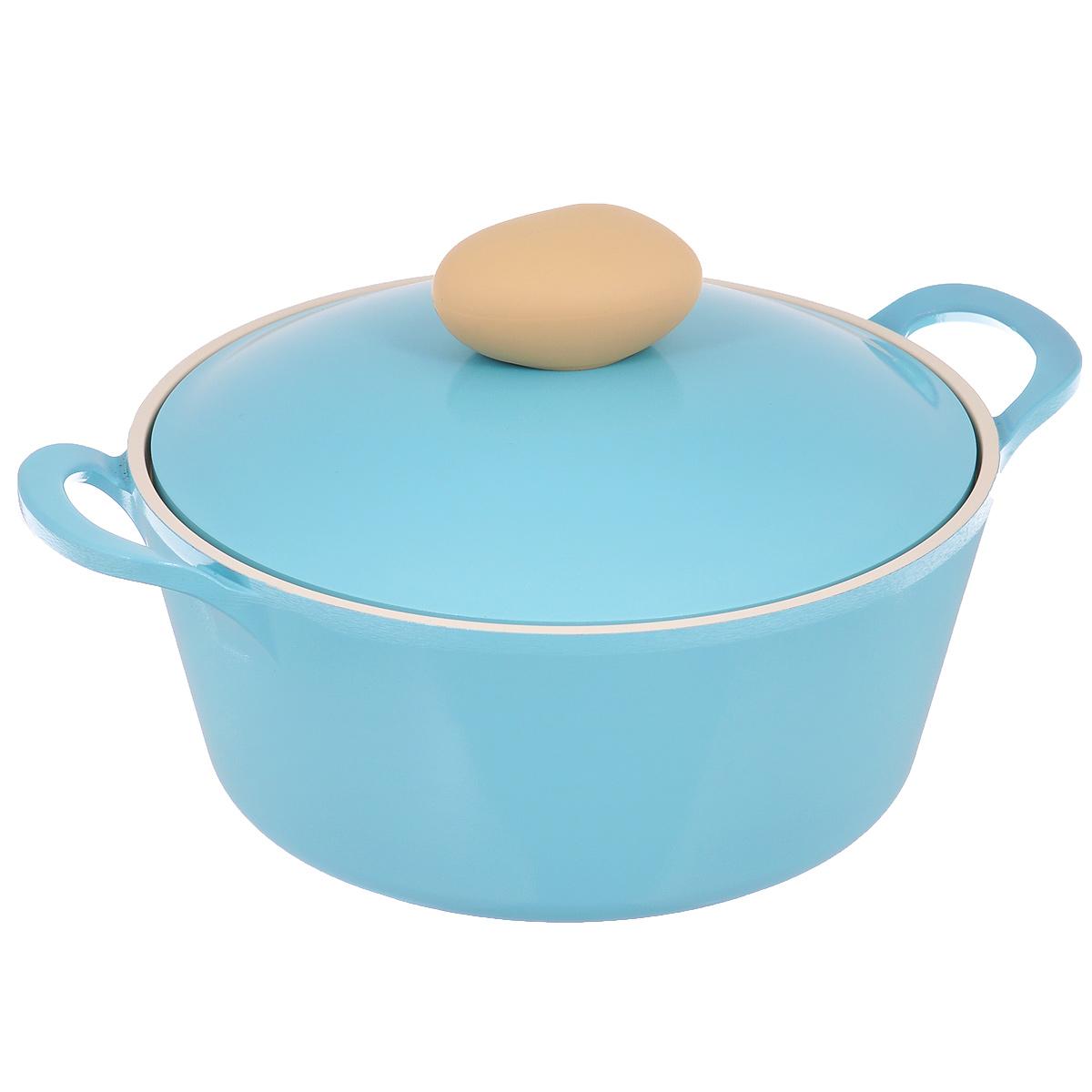 Кастрюля Frybest Round с крышкой, с керамическим покрытием, цвет: голубой, 2,8 лROUND C22-BКастрюля Frybest Round выполнена из алюминия с внутренним и внешним керамическим покрытием Ecolon Superior. Такое покрытие устойчиво к повреждениям и не содержит вредных компонентов, так как изготовлено из натуральных материалов. Кастрюля оснащена удобными литыми алюминиевыми ручками и крышкой с пароотводом и прорезиненной ручкой из высококачественного пластика. Коллекция Round - это сочетание непревзойденного качества и элегантности.Ключевые преимущества:- Литой алюминиевый корпус хорошо проводит тепло и равномерно нагревается, обеспечивая наиболее эффективное приготовление пищи,- Крепления ручек не имеют заклепок на внутренней стороне посуды,- Внешнее и внутреннее покрытие устойчиво к царапинам и повреждениям,- Покрытие абсолютно нейтрально и не вступает в реакцию с пищей,- Легко моется,- Утолщенное дно для лучшего распространения тепла и экономии энергии,- Благодаря равномерно прогревающейся алюминиевой крышке в процессе приготовления блюд создается эффект томления, еда готовится быстрее и приобретает более насыщенный вкус и аромат,- Встроенный в крышку пароотвод предотвращает выкипание,- Уникальная технология напыления стальных частиц на дно изделия,- Не содержит PFOA. Можно мыть в посудомоечной машине. Подходит для электрических, газовых и стеклокерамических плит.