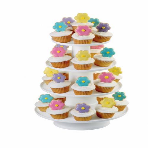 Подставка для кондитерских изделий Wilton, четырехуровневая, цвет: белыйWLT-307-856Складная пластиковая подставка Wilton, изготовленная из высококачественного пластика, предназначена для красивой сервировки кексов, пирожных, фруктов и других десертов. Изделие состоит из четырех круглых платформ и очень легко собирается. Подставка вмещает до 36 стандартных кексов.Если вы любите баловать близких красивой и вкусной выпечкой, то оцените по достоинству подставку для кондитерских изделий Wilton.Можно мыть в посудомоечной машине.