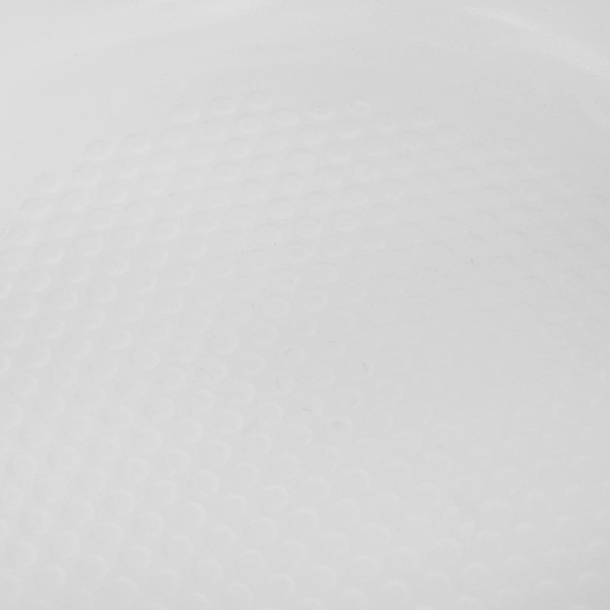 """Сковорода """"Bohmann"""" изготовлена из литого алюминия с антипригарным керамическим покрытием белого цвета. Внешнее покрытие - жаростойкий лак, который сохраняет цвет долгое время. Благодаря керамическому покрытию пища не пригорает и не прилипает к поверхности сковороды, что позволяет готовить с минимальным количеством масла. Кроме того, такое покрытие абсолютно безопасно для здоровья человека, так как не содержит вредной примеси PFOA. Рифленая внутренняя поверхность сковороды обеспечивает быстрое и легкое приготовление.  Достоинства керамического покрытия:  - устойчивость к высоким температурам и резким перепадам температур,  - устойчивость к царапающим кухонным принадлежностям и абразивным моющим средствам,  - устойчивость к коррозии,  - водоотталкивающий эффект,  - покрытие способствует испарению воды во время готовки,  - длительный срок службы,  - безопасность для окружающей среды и человека.  Сковорода быстро разогревается, распределяя тепло по всей поверхности, что позволяет готовить в энергосберегающем режиме, значительно сокращая время, проведенное у плиты.  Сковорода оснащена ручкой, выполненной из бакелита с термостойким силиконовым покрытием. Такая ручка не нагревается в процессе готовки и обеспечивает надежный хват. Крышка изготовлена из жаропрочного стекла, оснащена ручкой, отверстием для выпуска пара и металлическим ободом. Благодаря такой крышке можно следить за приготовлением пищи без потери тепла.  Подходит для всех типов плит, включая индукционные. Подходит для чистки в посудомоечной машине."""