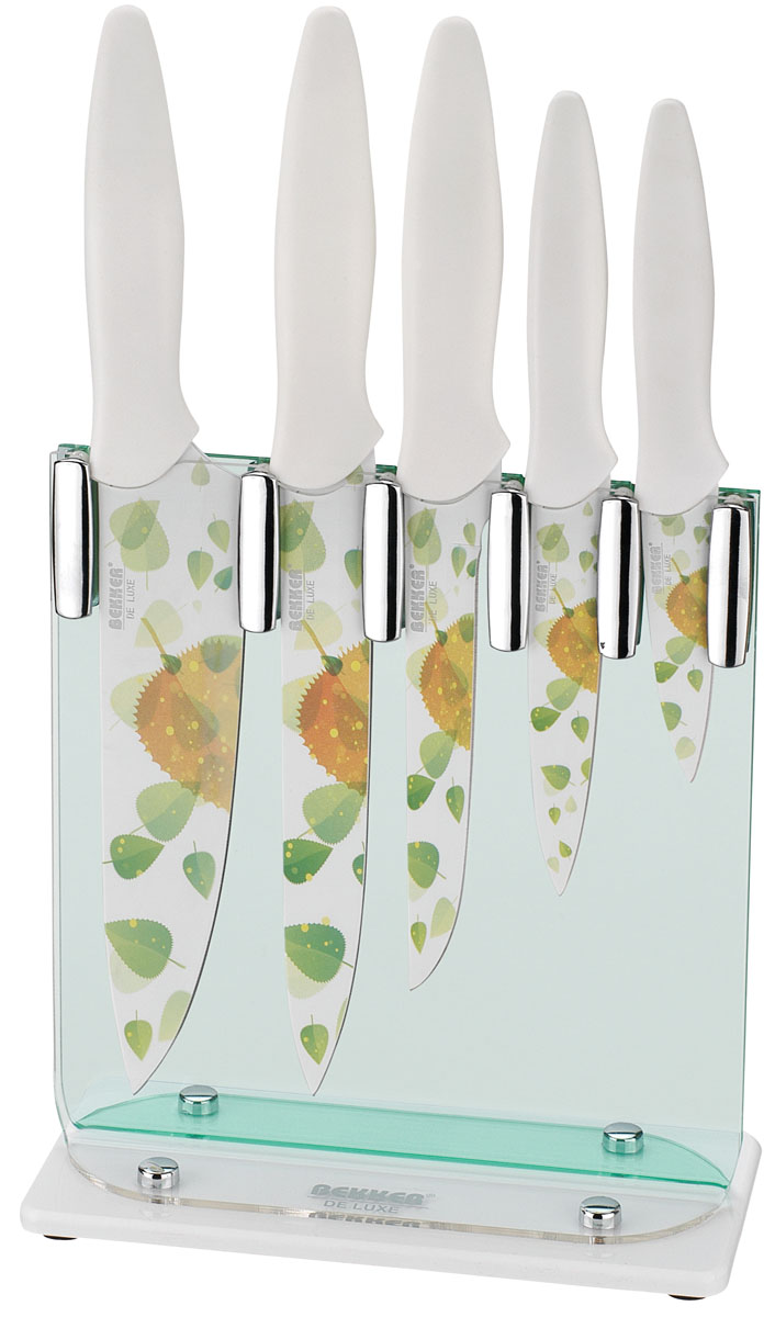 """Набор Bekker """"De Luxe"""" состоит из 5 ножей (нож поварской, нож для тонкой нарезки, нож разделочный, нож универсальный и нож для очистки) и подставки. Лезвия ножей выполнены из высококачественной нержавеющей стали с цветным полимерным покрытием Xynflon и украшены ярким рисунком в виде листьев. Продукты, которые вы нарезаете таким ножом, не прилипают к лезвию, не вступают в химическую реакцию, не окисляются и не намагничиваются, т.е. сохраняют все свои полезные свойства. Эргономичные ручки выполнены из пластика белого цвета. В набор входит: - Поварской нож. Имеет тяжелую ручку, толстое, широкое и длинное лезвие с центрированным острием. Все это позволяет рубить овощи, зелень, резать мороженое мясо, рыбу и птицу. - Нож для тонкой нарезки. Нож с длинным, нешироким, но достаточно толстым лезвием. Используется для нарезки сырого и вареного мяса, разделки курицы, рыбы. Им легко нарезать арбуз, дыню. - Нож разделочный. Нож с нешироким лезвием, удобен для отделения мяса от костей и сухожилий, часто также используется для нарезки различных продуктов. - Нож универсальный. Многофункциональный нож, подходит для нарезки овощей, фруктов, колбасы, сыра, масла. Применяется для приготовления бутербродов и канапе. - Нож для очистки. Нож с коротким прямым лезвием, им удобно снимать кожуру с любого фрукта или овоща. В комплекте также имеется специальная подставка из прозрачного акрила в комбинации с белым пластиком. В наборе есть все необходимое для ежедневной нарезки любых продуктов. Ножи можно мыть в посудомоечной машине. Длина лезвия поварского ножа: 20 см. Общая длина поварского ножа: 32,8 см. Длина лезвия ножа для тонкой нарезки: 20 см. Общая длина ножа для тонкой нарезки: 33,2 см. Длина лезвия разделочного ножа: 15 см. Общая длина разделочного ножа: 29 см. Длина лезвия универсального ножа: 12,5 см. Общая длина универсального ножа: 23,6 см. Длина лезвия ножа для очистки: 8,75 см. Общая длина ножа для очистки: 20 см. Толщина лезвий: 1,2-1,8 мм. Размер подставки (ДхШхВ): 20 см х 9,5 с"""