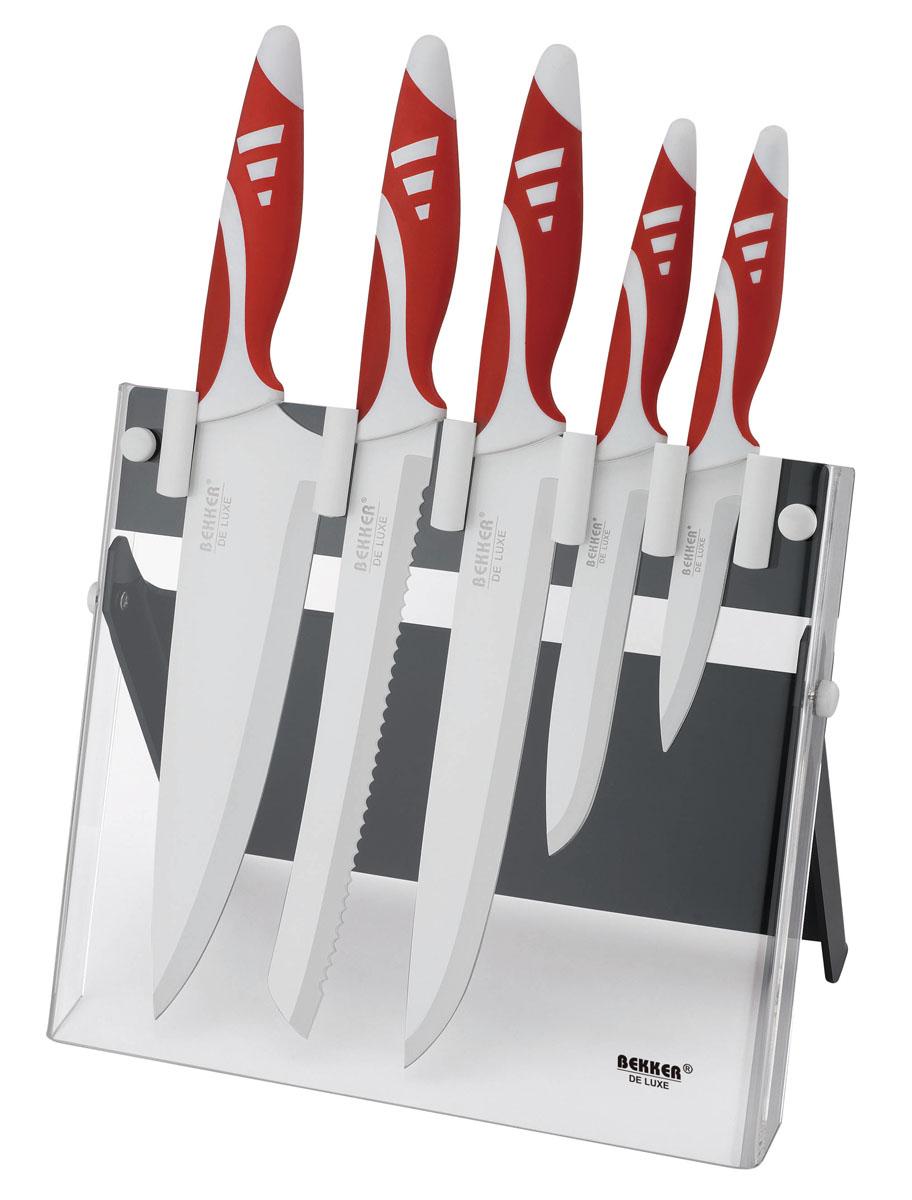"""Набор Bekker """"De Luxe"""" состоит из 5 ножей (нож поварской, нож для тонкой нарезки, нож для резки хлеба, нож универсальный и нож для очистки) и подставки.  Лезвия ножей выполнены из высококачественной нержавеющей стали с керамическим покрытием Nano Resin. Такой нож держит заводскую заточку в несколько раз дольше, чем обычные стальные ножи. Продукты, которые вы нарезаете таким ножом, не прилипают к лезвию, не вступают в химическую реакцию, не окисляются и не намагничиваются, т.е. сохраняют все свои полезные свойства. Ножи очень удобны в эксплуатации, не царапаются, легко моются. Рукоятки эргономичной формы выполнены из прорезиненного пластика.  В набор входит:  - Поварской нож. Имеет тяжелую ручку, толстое, широкое и длинное лезвие с центрированным острием. Все это позволяет рубить овощи, зелень, резать мороженое мясо, рыбу и птицу.  - Нож для резки хлеба. Нож имеет широкое клиновидное лезвие с зазубренной заточкой. Подходит для различной выпечки и хлебобулочных изделий.  - Нож для тонкой нарезки. Нож с длинным, нешироким, но достаточно толстым лезвием. Используется для нарезки сырого и вареного мяса, разделки курицы, рыбы. Им легко нарезать арбуз, дыню.  - Нож универсальный. Многофункциональный нож, подходит для нарезки овощей, фруктов, колбасы, сыра, масла. Применяется для приготовления бутербродов и канапе.  - Нож для очистки. Нож с коротким прямым лезвием, им удобно снимать кожуру с любого фрукта или овоща.  В комплекте также имеется специальная подставка из прозрачного акрила в комбинации с пластиком.  В наборе есть все необходимое для ежедневной нарезки любых продуктов. Ножи можно мыть в посудомоечной машине.  Длина лезвия поварского ножа: 20,5 см.  Общая длина поварского ножа: 33,5 см.  Длина лезвия ножа для тонкой нарезки: 20,4 см.  Общая длина ножа для тонкой нарезки: 33,5 см.  Длина лезвия ножа для резки хлеба: 20,1 см.  Общая длина ножа для резки хлеба: 33,5 см.  Длина лезвия универсального ножа: 12,8 см.  Общая длина универсального ножа: 23,8 см.  Длина лез"""
