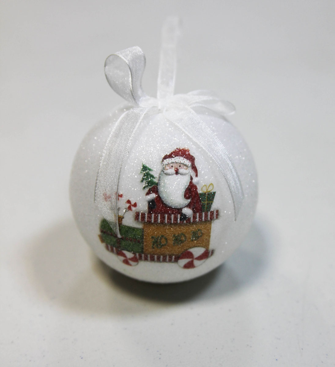 Новогоднее подвесное украшение Kosmos Шар, с подсветкой, диаметр 8 смKOCNL-EL102_wНовогоднее украшение Kosmos Шар отлично подойдет для декорации вашего дома и новогодней ели. Украшение выполнено в виде шара, украшенного текстильным бантом. Особенностью данного украшения является наличие устройства, при включении которого шар светится.Елочная игрушка - символ Нового года. Она несет в себе волшебство и красоту праздника. Создайте в своем доме атмосферу веселья и радости, украшая всей семьей новогоднюю елку нарядными игрушками, которые будут из года в год накапливать теплоту воспоминаний. УВАЖАЕМЫЕ КЛИЕНТЫ!Украшение работает от 3-х батареек LR44 (G13), напряжением 1.5V. Батарейки входят в комплект.