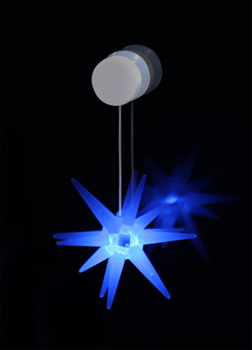 """Светильник Kosmos """"Звезда"""" выполнен из высококачественного пластика. Особенностью данной фигурки является наличие светодиодного устройства, благодаря которому украшение светится. Светильник оснащен силиконовой присоской для крепления к стеклу.Такой оригинальный светильник оформит интерьер вашего дома или офиса в преддверии Нового года. Оригинальный дизайн и красочное исполнение создадут праздничное настроение. Кроме того, это отличный вариант подарка для ваших близких и друзей.  УВАЖАЕМЫЕ КЛИЕНТЫ!Светильник работает от 2-х батареек СR2032. Батарейки входят в комплект."""
