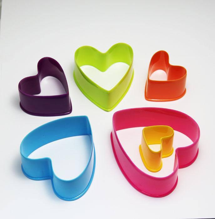 Набор формочек Borner Сердце, 6 предметов860995Набор Borner Сердце, выполненный из высококачественного пищевого пластика, состоит из 6 формочек в виде сердечек, различного размера и цвета. Формочки предназначены для вырезания украшений или вырубки из теста фигурного печенья. Размер формочек: 9 см х 10 см; 8 см х 9 см; 7 см х 7,5 см; 6 см х 6,2 см; 5 см х 5 см; 4 см х 3,5 см.Высота формочек: 4 см.Цвета: розовый, желтый, фиолетовый, оранжевый, лимонный, голубой.