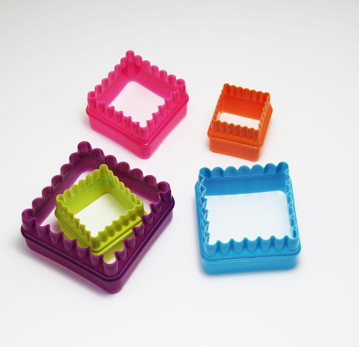 Набор формочек для выпечки Borner Квадрат, 5 шт860971Набор Borner Квадрат, изготовленный из пищевого пластика, состоит из 5 формочек для вырезания украшений или вырубки из теста фигурного печенья. Формочки разных размеров и цветов выполнены в форме квадратов с рельефными волнистыми краями. Если вы любите побаловать своих домашних вкусным и ароматным печеньем по вашему оригинальному рецепту, то набор формочек Borner Квадрат как раз то, что вам нужно!Размер формочек: 7,5 см х 7,5 см; 6 см х 6 см; 5,7 см х 5,7 см; 4,3 см х 4,3 см; 3,5 см х 3,5 см.Уважаемые клиенты! Обращаем ваше внимание на возможные незначительные изменения в цвете товара. Поставкаосуществляется в зависимости от наличия на складе.