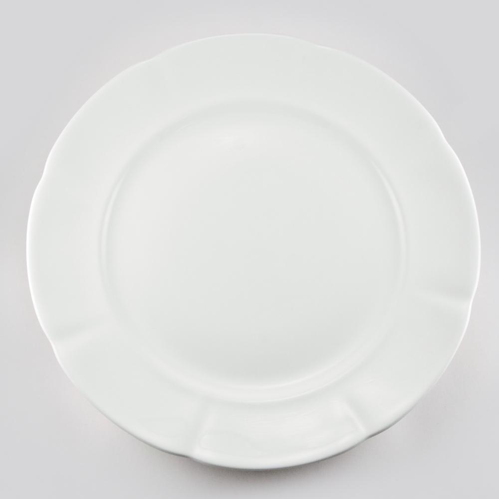 Н-р 6 тарелок подстановочных 27см White, набор89ww/0301Royal Bone China* – костяной фарфор, с содержанием костяной муки 45%. Основным достоинствами изделий из костяного фарфора являются прозрачность и абсолютно гладкая глазуровка. В итоге получаются изделия, сочетающие изысканный вид с прочностью и долговечностью. ИзделияRoyal Bone Chine по праву считаются элитными.Оригинальная, но ненавязчивая роспись придает им прелесть. Данная торговая марка хорошо известна в Европе и Азии, а теперь и жители нашей страны смогут приобрести потрясающие сервизы. Royal Porcelain Public Company Ltd (Таиланд) - ультрасовременное предприятие, оснащенное немецким оборудованием, ежегодно выпускает более 33 млн изделий, которые поставляются более чем в 50 стран. Среди клиентов компании — сети отелей Marriott, Hyatt, Sheraton, Hilton.Компания предлагает разнообразный ассортимент с постоянным обновлением коллекций.*(перевод)Bone – кость, China - фарфор Цвет: белый