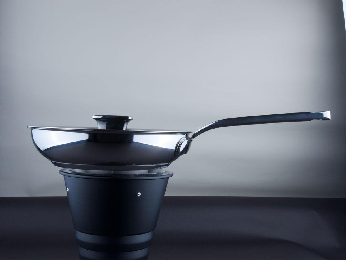 """Сковорода Zanussi """"Positano"""" изготовлена из нержавеющей стали 18/10 с полировкой   до зеркального блеска, что обеспечивает максимальные стильность и надежность.   Сковорода имеет противопригарное керамическое покрытие Greblon, не содержащее   ПФОК и ПТФЭ. Высококачественное многослойное основание с цельноалюминиевой   сердцевиной быстро поглощает тепло и равномерно распространяет его.   Предотвращает пригорание и прилипание пищи.  Клепанные ручки, выполненные из   нержавеющей стали, обеспечивают превосходную прочность и долговечность.   Крышка с вентиляционным отверстием изготовлена из качественного жаростойкого   стекла, что позволяет контролировать процесс приготовления пищи без потерь тепла.    Сковорода Zanussi """"Positano"""" подходит для жарки мяса и рыбы, жарки или подогрева   овощей и любых гарниров. Высоко ценится за свою многофункциональность.  Подходит для всех видов плит, в том числе индукционных. Можно мыть в   посудомоечной машине Высота стенок: 5,5 см. Длина ручки: 20,5 см. Толщина стенок: 1 мм. Толщина дна: 3 мм."""