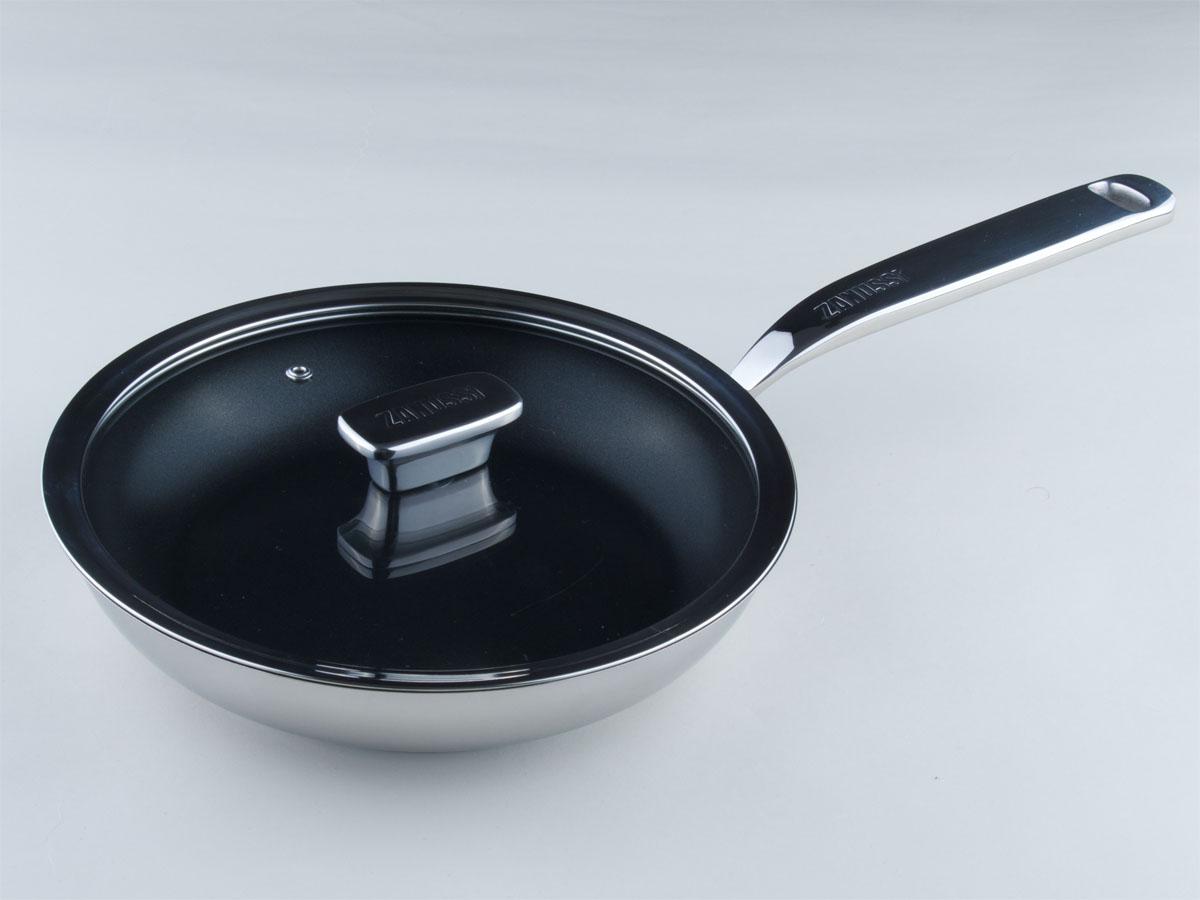 Сковорода Zanussi Positano с крышкой, с керамическим покрытием. Диаметр 24 смZCF43411AFСковорода Zanussi Positano изготовлена из нержавеющей стали 18/10 с полировкой до зеркального блеска, что обеспечивает максимальные стильность и надежность. Сковорода имеет противопригарное керамическое покрытие Greblon, не содержащее ПФОК и ПТФЭ. Высококачественное многослойное основание с цельноалюминиевой сердцевиной быстро поглощает тепло и равномерно распространяет его. Предотвращает пригорание и прилипание пищи. Клепанные ручки, выполненные из нержавеющей стали, обеспечивают превосходную прочность и долговечность. Крышка с вентиляционным отверстием изготовлена из качественного жаростойкого стекла, что позволяет контролировать процесс приготовления пищи без потерь тепла. Сковорода Zanussi Positano подходит для жарки мяса и рыбы, жарки или подогрева овощей и любых гарниров. Высоко ценится за свою многофункциональность.Подходит для всех видов плит, в том числе индукционных. Можно мыть в посудомоечной машине Высота стенок: 5,5 см.Длина ручки: 20,5 см.Толщина стенок: 1 мм.Толщина дна: 3 мм.