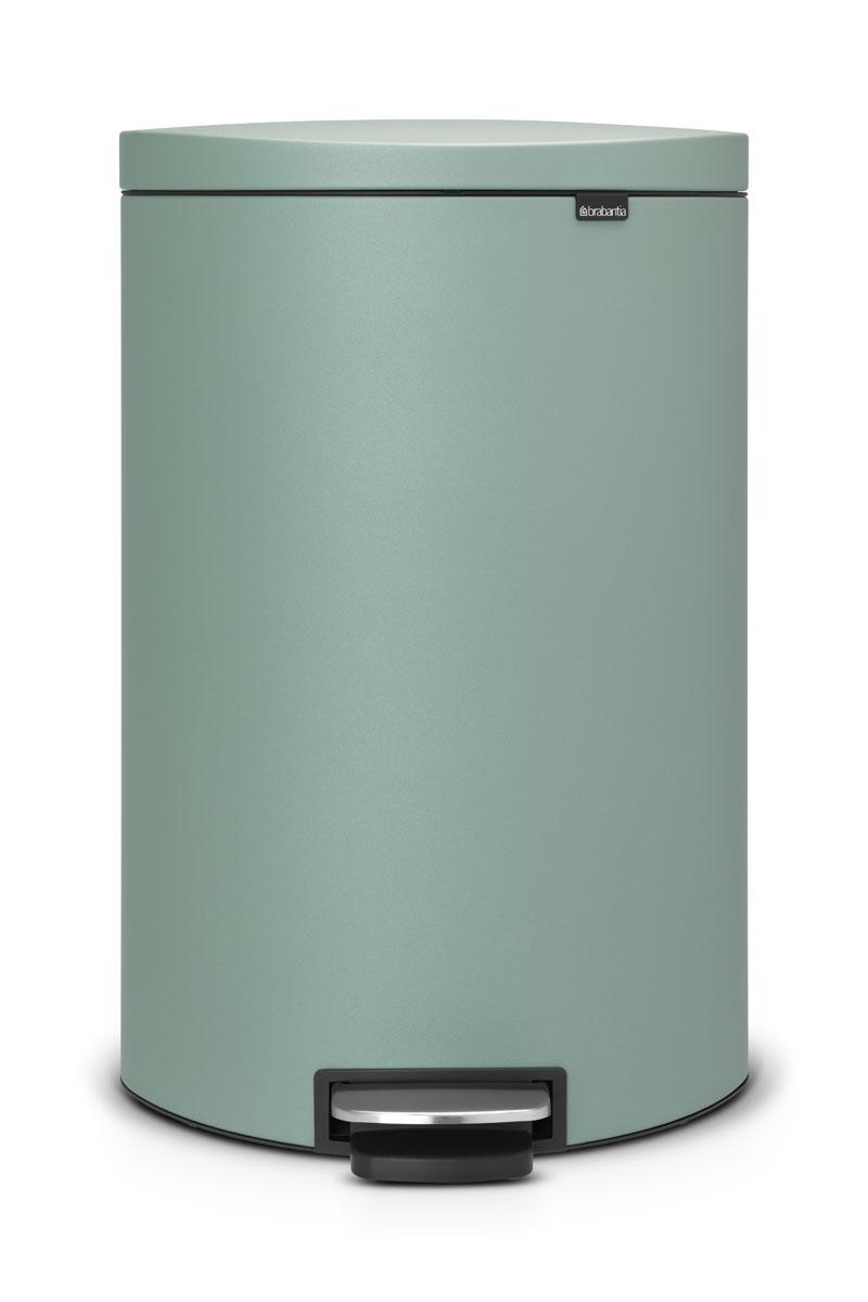 Бак мусорный Brabantia FlatBack+, с педалью, цвет: мятный, 40 л103902Экономия места – бак удобно устанавливается вплотную к стене или кухонному шкафу. Бесшумное закрывание и мягкий ход педали. При открывании крышка не касается стены. При открывании вручную крышка фиксируется в открытом положении. Удобная очистка – съемное внутреннее ведро из пластика со складными захватами. Удобная смена мешков для мусора – фиксации внутреннего ведра в «поднятом» положении. Бак удобно перемещать – гибкая ручка для переноски. Предохранение пола от повреждений – пластиковое защитное основание. Всегда опрятный вид – в комплекте идеально подходящие по размеру мешки для мусора PerfectFit (размер L).