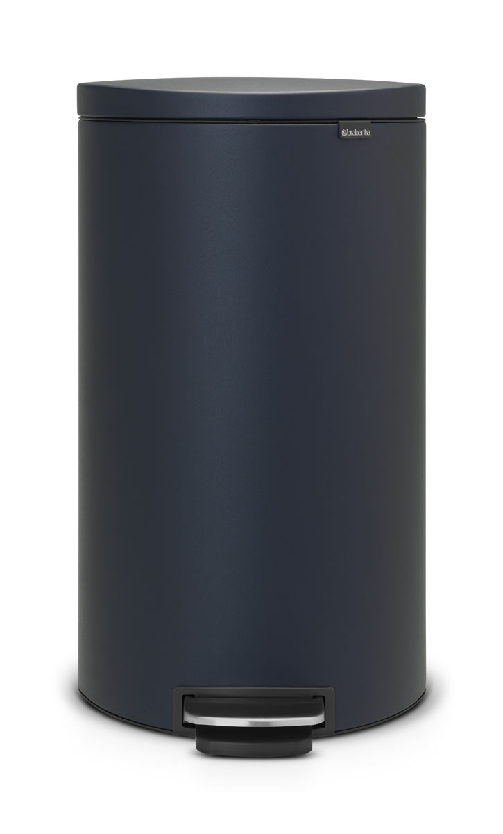 Бак мусорный Brabantia FlatBack+, с педалью, цвет: синий, 30 л103940Экономия места – бак удобно устанавливается вплотную к стене или кухонному шкафу. Бесшумное закрывание и мягкий ход педали. При открывании крышка не касается стены. При открывании вручную крышка фиксируется в открытом положении. Удобная очистка – съемное внутреннее ведро из пластика со складными захватами. Удобная смена мешков для мусора – фиксации внутреннего ведра в «поднятом» положении. Бак удобно перемещать – гибкая ручка для переноски. Предохранение пола от повреждений – пластиковое защитное основание. Всегда опрятный вид – в комплекте идеально подходящие по размеру мешки для мусора PerfectFit (размер L).