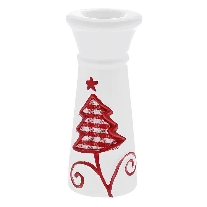 Подсвечник новогодний Елочка, цвет: белый, красный. 2679126791Новогодний подсвечник, выполненный из керамики белого цвета, украшен текстильной клетчатой вставкой в форме елочки. Оригинальный дизайн и красочное исполнение создадут праздничное настроение. Новогодние украшения всегда несут в себе волшебство и красоту праздника. Создайте в своем доме атмосферу тепла, веселья и радости, украшаяего всей семьей. Характеристики:Материал: керамика, текстиль. Цвет: белый, красный. Размер подсвечника: 5,3 см х 5,3 см х 13 см. Артикул: 26154.
