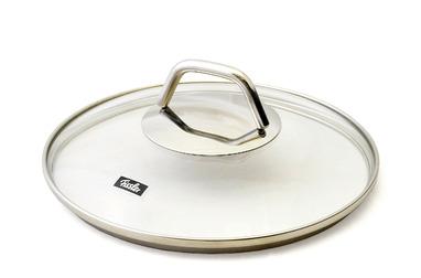 """Крышка """"Fissler"""" изготовлена из жаропрочного натрий-кальций-силикатного стекла. Обод и ручка, выполненные из высококачественной стали 18/10, защищают крышку от повреждений.  Крышка удобна в использовании. Она позволяет контролировать процесс приготовления пищи. Имеется отверстие для выпуска пара. Изделие подходит для всех сковород """"Fissler"""" соответствующего диаметра."""