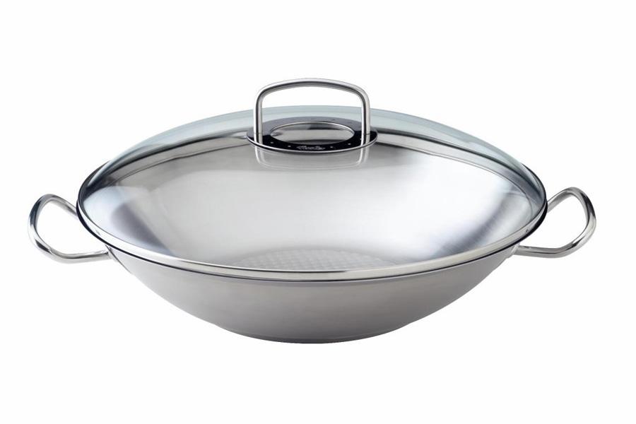 Вок Fissler, серия Original pro collection, 35см 84826358482635Вок (wok) - это универсальная сковорода c выпуклым дном, родом из Китая. Отличительными особенностями сковороды-вок считаются: конусовидная форма, пологие округлые стенки и узкое дно. В странах Восточной и Юго-восточной Азии сковорода-вок используется повсеместно уже около 3000 лет, а благодаря моде на здоровый образ жизни и азиатскую кухню сегодня она становится популярна в западных странах. Вок универсален, потому что в нем можно как жарить, так варить и тушить. Требовательные профессионалы и любители сразу заметят, что вок из серия Ориджинал про коллекшион (Original pro collection) от Fissler исключительно прочен и является результатом многолетнего совершенствования кухонной посуды. Отличительные особенности:- вок выполнен из высококачественной нержавеющей стали 18/10 с утолщенными стенками и дном;- гладкая сатинированная поверхность устойчива к царапинам и появлению пятен от взаимодействия с водой;- дно Кукстар (CookStar) обеспечит равномерное распределение и накопление тепла за счет многослойной капсулы, подходит для всех видов плит;- большие, удобные ручки из нержавеющей стали не нагреваются при использовании;- прозрачная, плотно прилегающая крышка предотвратит потерю энергии и сохранит влагу, а также позволит наблюдать за процессом приготовления без поднятия;- на дне сотейника стоит штамп Made in Germany, подтверждающий производство в Германии. Цвет: стальной