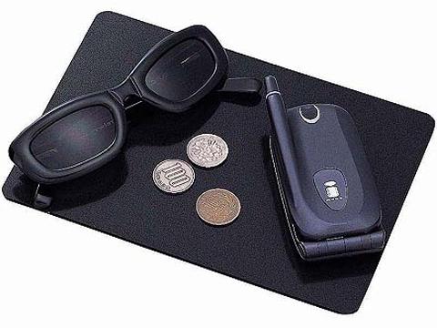 Коврик противоскользящий Carmate Non Slip Sheet L, цвет: черный, 140 мм x 200 ммSZ60RUСпециальный коврик Carmate Non Slip Sheet L, позволяющий держать всегда под рукой в салоне автомобиля некрупные предметы вроде монет, сотового телефона и солнцезащитных очков. Не соскальзывает с гладких поверхностей, например, с панели приборов, даже слегка наклоненной, и не дает соскальзывать положенным на него предметам. Коврик изготовлен из акрилового пористого материала толщиной 3 мм.