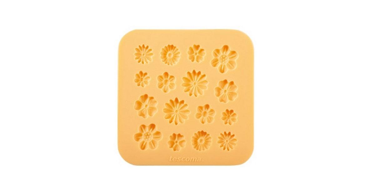Форма для украшения выпечки Tescoma Цветочки, 16 ячеек633028Форма Tescoma Цветочки отлично подходит для украшения выпечки фигурками из марципана или помадки. Необходимо поставить заполненные формы в морозильник на 5-10 минут, а затем вытащить их, мягко нажав на дно формы. Форма изготовлена из превосходного гибкого силикона. На одном листе расположены 16 ячеек в виде разных цветов. Можно мыть в посудомоечной машине.