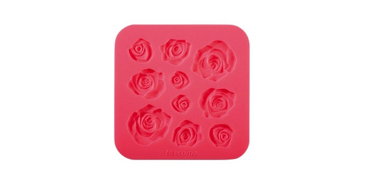 Молд для нанесения рисунка на мастику Tescoma Delicia Deco, цвет: красный, 13 см х 13 см633030Молд для нанесения рисунка на мастику Tescoma Delicia Deco, выполненный из силикона, поможет вам легко нанести рисунки на мастику и сахарную пасту для тортов и сладких угощений. Молд содержит формы в виде роз разных размеров.Использование и хранение: Перед первым использованием и после каждого применения вымойте молд в мыльной воде или на верхней полке в посудомоечной машине. Хорошо высушите молд перед использованием.Полезные советы по использованию:- Необходимо поставить заполненные формы в морозильник на 5-10 минут, а затем вытащить их, мягко нажав на дно формы. - Для того, чтобы мастика или цветочная паста не прилипали к молду, посыпьте его сахарной пудрой или смажьте растительным жиром сахарную мастику прежде чем накладывать на нее молд,- При раскатывании сахарной мастики используйте скалку для того, чтобы вся мастика была в полостях молда,- Следуйте инструкциям по изготовлению украшений, разместите их на торте, высушите.Изготовление: Скатайте сахарную мастику в трубочку такого же размера, как и полость молда. Положите мастику в полость молда. Прижмите.Разрезание: Положите руку на мастику. Маленькой лопаткой обрежьте излишки мастики. Снимаем мастику: Переверните молд. Выньте сахарную мастику с получившимся рисунком.Можно мыть в посудомоечной машине.