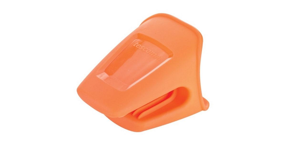 Прихватка Tescoma Fusion, цвет: оранжевый638488Прихватка Tescoma Fusion выполнена из силикона. Изделие выдерживает высокую и низкую температуры (от -40°С до +230°С). Прихватка гигиенична, эластична, износостойка, не горит и не тлеет, не впитывает запахи, не оставляет пятен. Силикон абсолютно безвреден для здоровья, не вступает в реакцию с продуктами, легко моется. Такой прихваткой можно брать не только горячие, но и холодные предметы, а также влажные и скользкие. Она отлично защищает от ожогов всю ладонь. Силиконовая прихватка - отличный подарок, удобный и необходимый любой хозяйке.Можно мыть в посудомоечной машине.