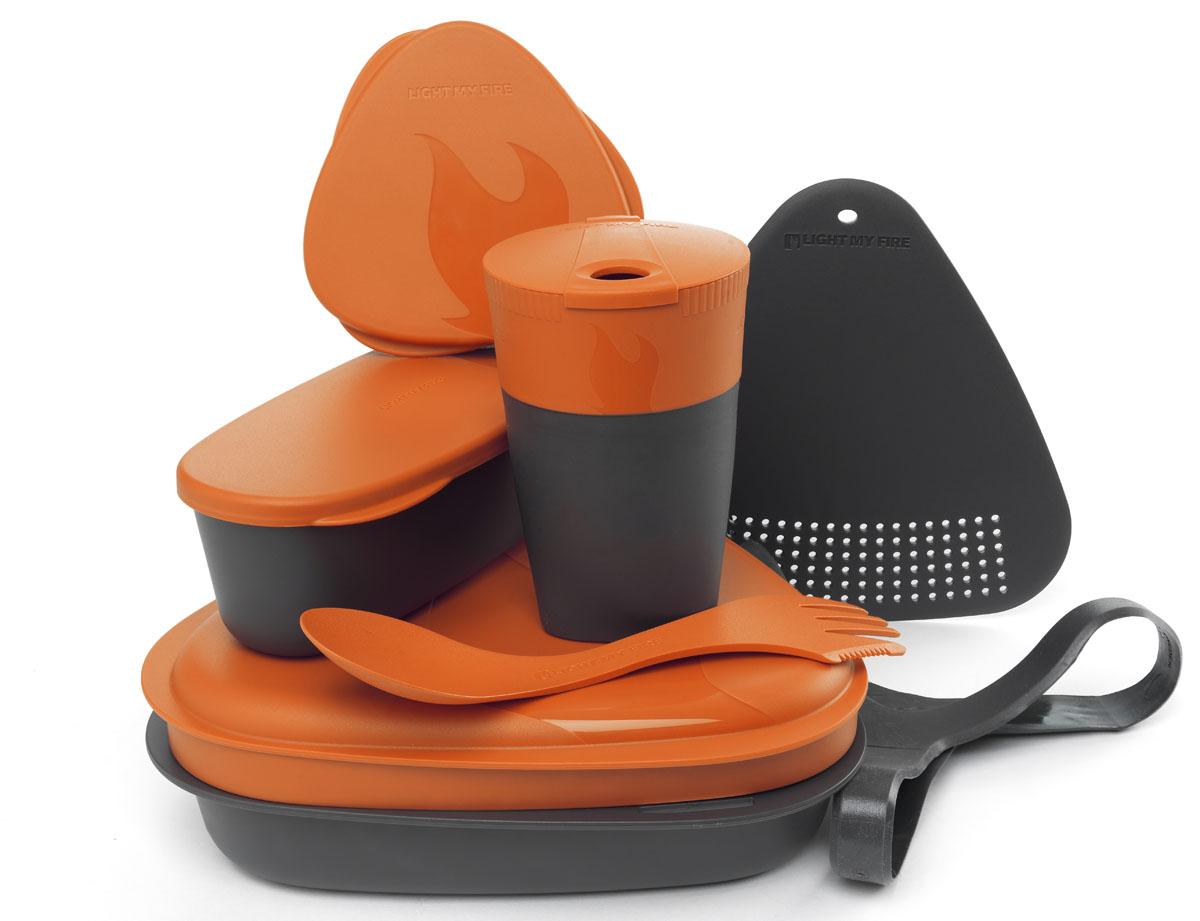 Набор походной посуды Light My Fire MealKit 2.0, цвет: оранжевый, 10 предметов41363610Набор походной посуды Light My Fire MealKit 2.0 отлично подойдет для обедов на работе, в школе, для пикника, походов и загородного отдыха. Набор включает в себя: контейнер с крышкой, которая так же может использоваться как тарелка, ловилку Spork Original, которая сочетает в себе ложку, вилку, нож, герметичную коробочку с мерной шкалой SnapBox original, герметичную коробочку c мерной шкалой SnapBox oval, складную кружку Pack-up-Cup, комбинированную разделочную доску и удерживающий резиновый ремешок.Набор можно мыть в посудомоечной машине и использовать в микроволновой печи. Кроме того, набор Light My Fire MealKit 2.0 не тонет в воде! С таким набором не возможно остаться незамеченным.Размер контейнера (с учетом крышки): 19 см х 19 см х 6 см.Объем контейнера: 900 мл. Объем крышки: 500 мл. Длина ловилки: 17 см. Размер кружки (в разложенном виде): 7 см х 7 см х 10,5 см. Объем кружки: 260 мл. Размер кружки (в сложенном виде): 7 см х 7 см х 4 см. Размер разделочной доски: 15 см х 15,5 см. Размер коробочки SnapBox oval (с учетом крышки): 16,5 см х 7 см х 5 см. Объем коробочки SnapBox oval: 320 мл. Размер коробочки SnapBox original (с учетом крышки): 9,5 см х 9,5 см х 4 см. Объем коробочки SnapBox original: 170 мл.